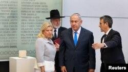 نتانیاهو در سفر اخیر از محل یادبود قربانیان مرکز همیاری یهودیان در بوئنوس آیرس آرژانتین دیدار کرد.