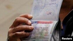 ایک یمنی باشندہ اپنا پاسپورٹ دکھا رہا ہے جسے ویزے کے باوجود امریکہ داخلے کی اجازت نہیں دی گئی۔ فروری 2017