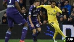 L'attaquant brésilien du Paris Saint-Germain, Neymar Jr, à droite, lors du match de football L1 contre Toulouse, au stade municipal de Toulouse, le 10 février 2018.