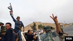 Pasukan pemberontak Libya mengambil keuntungan dari meningkatnya koordinasi dengan NATO.