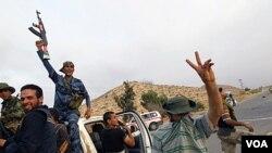 Pasukan pemberontak Libya bergembira setelah merebut Bir Ayyad, dekat kota Zintan (3/6). Pemberontak Libya menyambut baik penggunaan helikopter-helikopter NATO untuk menyerang sasaran pasukan pro-Gaddafi.