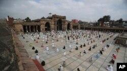အိႏၵိယႏုိင္ငံ Ahmedabad ၿမိဳ႕က ဗလီတခုမွာ အစ္ဒ္ေန႔အထိမ္းအမွတ္ ဆုေတာင္းပြဲက်င္းပေနတဲ့ျမင္ကြင္း။ (ၾသဂုတ္ ၁။ ၂၀၂၀)