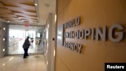 Seorang pengunjung berjalan memasuki kantor pusat Badan Anti-Doping Dunia (WADA) di Montreal, Quebec, Kanada, 9 November 2015.