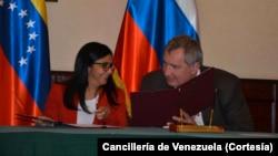 La canciller venezolana Delcy Rodríguez y el vice presidente ruso Dmitri Rogozin revisar los acuerdos entre ambas naciones.