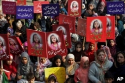 Supporters of Pakistan Awami Tehreek take part in a demonstration to condemn the brutal killing of Zainab Ansari in Lahore, Jan. 13, 2018.