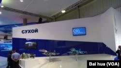 2013年8月莫斯科国际航展上苏霍伊设计局展台上的苏35(左)和苏32战机模型 (美国之音白桦拍摄)