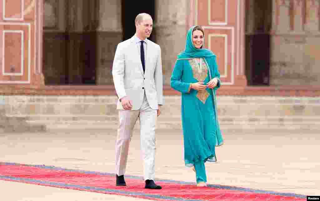 برطانوی جوڑا بادشاہی مسجد لاہور کے دورے پر۔
