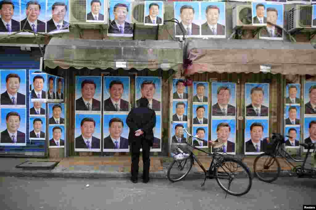 2016年3月26日,上海的一座建筑物上贴满了中国国家主席习近平的肖像。邻居说,政府要拆除这座楼以便建造地铁,楼主不同意。看来楼主是用习近平像来保驾护航,避免强拆。