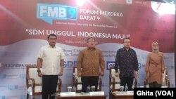Kepala Staf Kepresidenan RI, Moeldoko (paling kiri) dan Guru Besar FE UI Prof Rhenald Kasali (kedua dari kanan) dalam acara Forum Merdeka Barat (FMB) di Kantor Bappenas, Jakarta, Rabu (14/8). (Foto: VOA/Ghita)