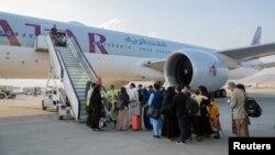 Hành khách Afghanistan lên chuyến bay của hãng Qatar Airways hôm 19/9.