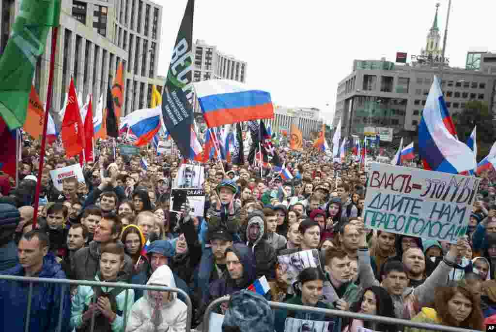 دهها هزار نفر برای سومین هفته متوالی این شنبه نیز در اعتراض به رد صلاحیت نامزدهای مستقل و مخالف دولت که خواستار رقابت در انتخابات پارلمان محلی مسکو بوده اند، تظاهرات کردند.