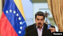 Predsednik Venecuele Nikolas Maduro sa kopijom Ustava Venecuele obraća se članovima diplomatskog kora u Karakasu.