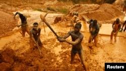 Para penambang emas di dekat kota Dunkwa, Ghana barat (foto: dok). Ghana mengusir lebih dari 160 penambangan emas ilegal asal China.