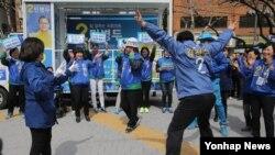 오는 13일 한국 총선을 앞두고 더불어민주당 민병두 동대문구을 후보가 31일 서울 동대문구 장안동 소성빌딩 앞에서 지지자들과 춤을 추며 선거 운동을 펼치고 있다.