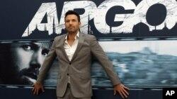 """ດາຣາຮູບເງົາຊື່ດັງ Ben Affleck ຖ່າຍຮູບ ຢູ່ຕໍ່ໜ້າປ້າຍໂຄສະນາ ຮູບເງົາຂອງຕົນເລື້ອງ """"Argo"""" ທີ່ກຸງໂຣມ ຂອງອີຕາລີ ໃນວັນທີ 19 ຕຸລາ 2012."""