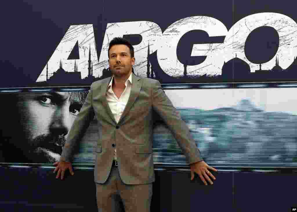 지난해 10월 영화 '아르고' 홍보 행사에서 사진사들을 향해 포즈를 취하는 벤 애플렉 감독.