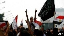İsrail askerlerinin Sina yarımadasında 5 Mısırlı polisi öldürmesini protesto eden Mısırlılar. İsrail ölümlerden ötürü Kahire hükümetinden özür dilemişti