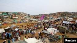 ဘဂၤလားေဒ့ခ်္ႏိုင္ငံ Cox's Bazar မွာ ရွိတဲ့ ဒုကၡသည္စခန္းထဲက ေစ်းထဲမွာ ႐ိုဟင္ဂ်ာ ဒုကၡသည္ေတြ စုေ၀းေနၾကပံု (မတ္၊ ၀၇၊ ၂၀၁၉ )