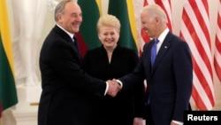 La presidenta de Lituania, Dalia Grybauskaite (centro) ría mientras el presidente de Letonia, Andris Berzins (izquierda) saluda al vicepresidente Joe Biden.