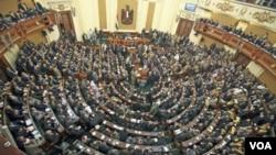 Suasana rapat pertama parlemen Mesir pasca penggulingan kekuasaan Hosni Mubarak di Gedung Parlemen Mesir, Kairo (Foto: dok).