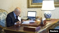 Tổng thống Ý Giorgio Napolitano kiểm tra tài liệu tại cung điện Quirinale, Rome, 22/12/2012
