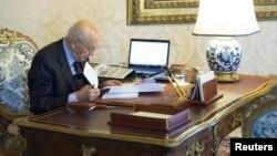اٹلی کے صدر گیورگیو نپولیتانو اسملی تحلیل کرنے سے قبل حکم نامہ دیکھ رہے ہیں۔ 22 دسمبر 2012