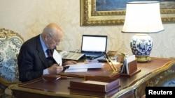 ປະທານາທິບໍດີອິຕາລີ ທ່ານ Giorgio Napolitano ກວດເບິ່ງເອກະສານ ຢູ່ຫ້ອງທໍາງານຂອງເພິ່ນ ທີ່ທໍານຽບ Quirinale ໃນກຸງໂຣມ, ວັນທີ 22 ທັນວາ 2012.