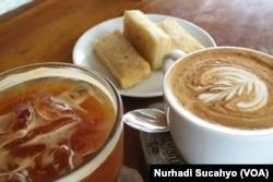 Dalam secangkir kopi terdapat rantai usaha yang saling terpengaruh dampak pandemi. (Foto: VOA/Nurhadi Sucahyo)