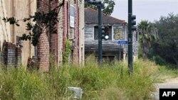 Uništene kuće zarasle u korov na ulicama Flad i Kefin u Nju Orleansu (snimak iz avgusta 2011.)