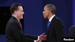 美国总统奥巴马和共和党候选人罗姆尼10月22日在第三场辩论结束时握手