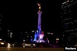 Warna-warna bendera Perancis diproyeksikan di monumen kemerdekaan di Mexico City, Meksiko (14/7).