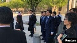 Phái đoàn Bộ Thương mại Trung Quốc chờ vào họp với Bộ Thương mại Mỹ tại Washington, D.C., ngày 23/8/2018.