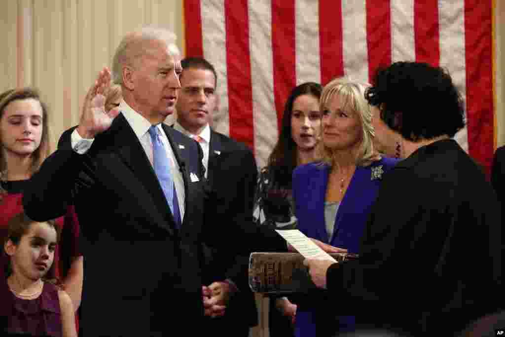 Makamu Joseph Biden, Jr. anakula kiapu mbele ya Jaji wa Mahakamu kuu Sonia Sotomayor nyumbani kwa makamu rais mjini Washington, January 20, 2012.
