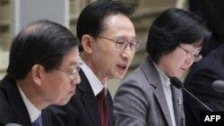 Ли Мен Бак (в центре), Сеул 29 декабря 2010