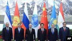 6일 상하이협력기구 정상회의에 참석한 정상들. 왼쪽부터 이슬람 카리모프 우즈베키스탄 대통령, 알마즈벡 아탐바에프 키르기스스탄 대통령, 블라디미르 푸틴 러시아 대통령, 후진타오 중국 국가주석, 누르술탄 나자르바예프 카자흐스탄 대통령, 에모말리 라크몬 타지키스탄 대통령.