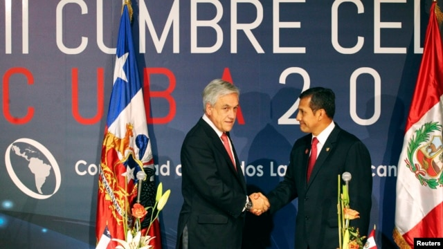 Chile's President Sebastian Pinera (L) and his Peruvian counterpart Ollanta Humala shake hands during a joint news conference at the Community of Latin American and Caribbean States (CELAC) summit in Havana, Jan. 29, 2014.