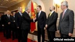 Crnogorski šef diplomatije Igor Lukšić rukuje se sa predstavnicima diplomatskog kora u Crnoj Gori (gov.me)