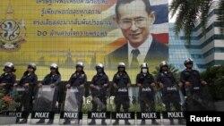 Barisan polisi berjaga di luar gedung Mahkamah Konstitusi di Bangkok (13/7).