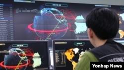 7일 한국인터넷진흥원(KISA) 인터넷침해 대응센터 종합상황실에서 직원들이 국내 주요사이트 디도스(DDos) 공격현황(지구본 모양 위 빨간색 그래프)을 모니터링하고 있다.
