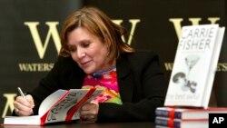在《星球大戰》電影裡扮演莉亞公主而成名的好萊塢演員嘉莉·費莎(Carrie Fisher)簽名售書(2004年2月20日)。她去世後,她的書成為暢銷書