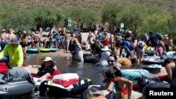 """ARHIVA - Tjubing na """"Slanoj reci"""" u Arizoni u jeku pandemije koronavirusa, 27. juna 2020. (Foto: Reuters/Cheney Orr)"""