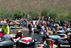 Warga bersiap untuk melakukan tubing di Salt River di tengah pandemi Covid-19 di Arizona, AS, 27 Juni 2020. (REUTERS / Cheney Orr / File Photo)
