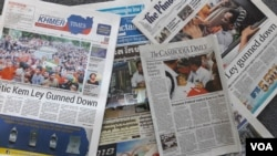 Media coverage on Kem Ley's murder in Phnom Penh, Cambodia. (Neou Vannarin/VOA Khmer)