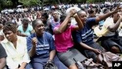 Vashandi vehurumende vachiratidzira muHarare. Rwendo rwuno vanoti vachafora vachinosiya gwaro renyunyuto kuhofisi yegurukota rezvemari, VaMthuli Ncube.