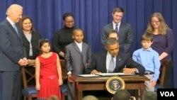 Presiden AS Barack Obama saat menandatangani perintah eksekutif mengenai aturan yang lebih ketat atas kepemilikan senjata api (foto: dok). Isu kepemilikan senjata api menjadi isu sensitif di antara warga AS.