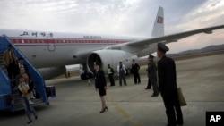 Para penumpang pesawat Air Koryo tiba di Pyongyang, Korea Utara.
