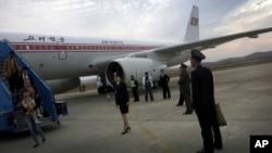지난해 10월 북한 평양 순안 공항에 도착한 고려항공 여객기에서 탑승객들이 내리고 있다. (자료사진)