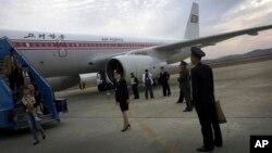 북한 평양 공항에 착륙한 고려항공 여객기에서 승객들이 내리고 있다. (자료사진)