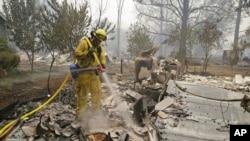 Des pompiers luttant contre les flammes à Middletown, en Californie (AP Photo/Eric Risberg)