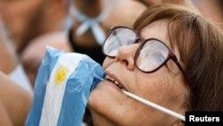 Una seguidora del presidente argentino Mauricio Macri, asiste a una concentración a favor del mandatario en Buenos Aires, el sábado 28 de septiembre de 2019.
